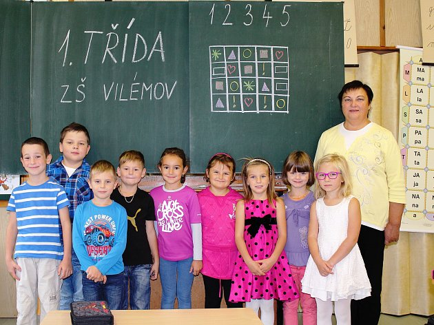 Na fotografii jsou žáci 1.třídy ZŠ a MŠ  Vilémov paní učitelky Jaroslavy Mudrochové.  Ve školním roce 2017/18 škola přivítala 9prvňáčků. Děti mají výhodu, že se všichni znají už zmateřské školy, kterou tu navštěvovaly. Prostředí školy je témeř rodinné.