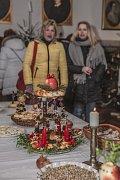 Součástí vánoční výstavy je i slavnostně prostřená tabule v duchu let minulých.