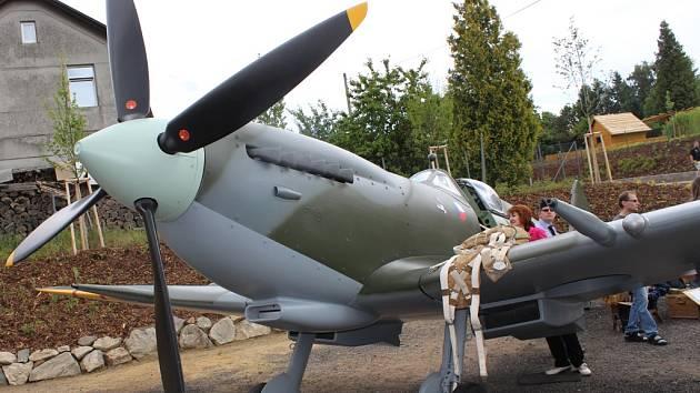 Na pilota RAF Josefa Stránského přijel k borovskému kostelu vzpomenout i válečný veterán Imrich Gablech. Na hřišti pak byl k vidění model britské stíhačky Spitfire.