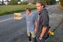 Vít Vondráček a Michal Jelínek před dvěma lety na Humpolecké ulici v Brodě, kde startovala jejich cesta do Maroka. Letos si za cíl vytyčili Balkánský poloostrov.