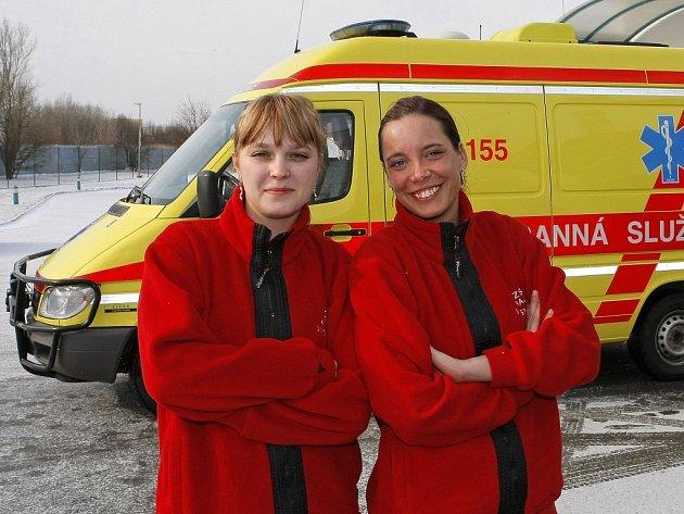 Záchranářky Hana Klabačková (vpravo) a Jiřina Pánková patří mezi prvních sedm odvážných žen a dívek, které u Zdravotnické záchranné služby kraje Vysočina  usedly za volant rychlých sanitek.