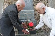 Ve Svatém Kříži. Daleko od rodného Grenoblu je pochována básnířka, od jejíž smrti dnes uplynulo 50 let. Nad jejím hrobem se sklánějí synové Daniel a Jiří Reynkovi. Ve stejné hrobce je od roku 1971 pohřben i manžel  Bohuslav Reynek.