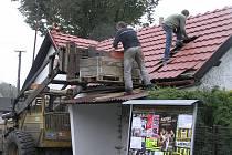 Nové klubovny se snad dočkají hasiči v Dobré u Přibyslavi. Zatím šla dolů stará střecha, bylo přeloženo elektrické vedení. Na stavbě se budou podílet i sami hasiči.