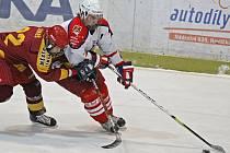 Brodští hokejoví dorostenci (v bílém) sice v prvním kole play off favorita z Vítkovic potrápili, ale nevstřelili ani jednu branku, a tak úvodní duel vyhrál soupeř 2:0.