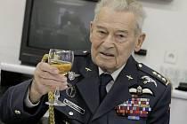 Imrich Gablech si 28. října převzal z rukou prezidenta Řád bílého lva. Státní vyznamenání je pro něho satisfakcí. Plukovníku Gablechovi je 94 let, je ze sedmi dětí. Narodil se 4. listopadu 1915. Je ve velmi dobré kondici.