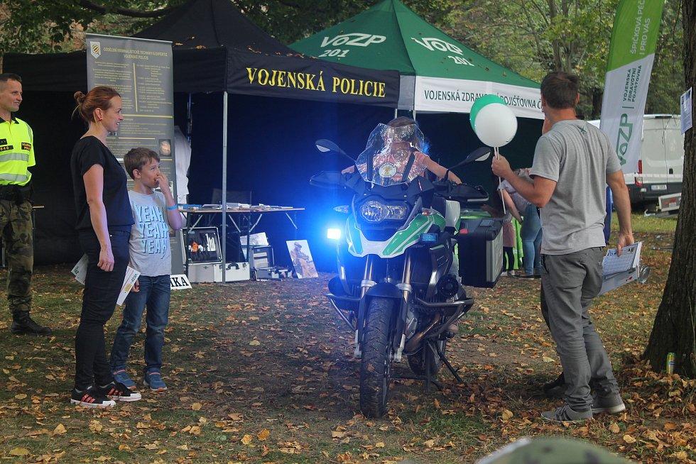 Policejní techniku si se zájmem zkusily i děti.