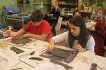 TVOŘENÍ. Asi dvě desítky dětí si mohly dva dny vyzkoušet v AZ Centru práci s keramikou. Foto:Deník/Štěpánka Saadouni