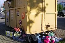 Kontejnery přetékají a staré šatstvo láká bezdomovce.