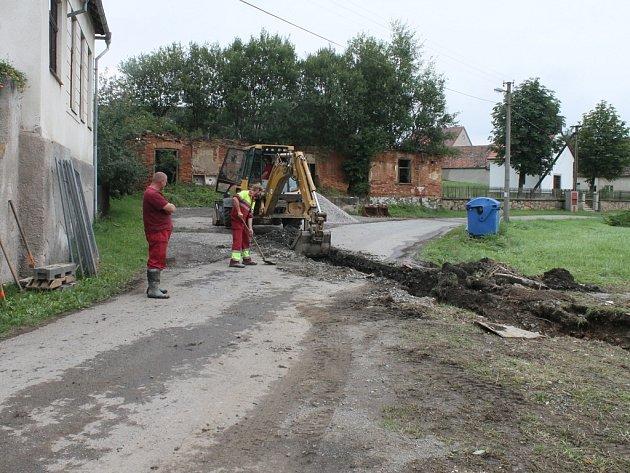 Následky prudké nedělní bouře likvidovali hasiči v Pozovicích ještě v průběhu pondělka.