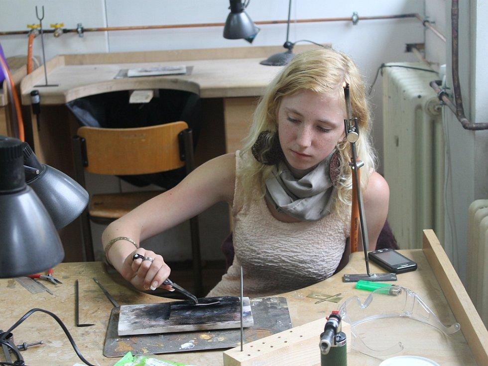 Prsten. Jana Kemrová, žákyně třetího ročníku oboru zlatník, při přípravě materiálu určeného pro výrobu prstenu. Žáci nejprve pracují s mosazí, později se stříbrem.