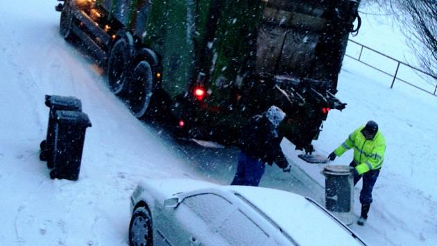 S pondělní sněhovou nadílkou se museli vypořádat i popeláři.