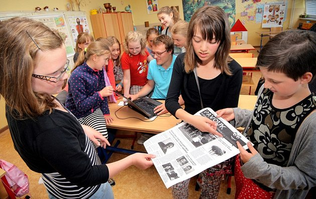 Redaktoři Havlíčkobrodského deníku se sešli s malými redaktorkami školního časopisu Pavouk. Povyprávěli jim o tom, jak se dělají noviny a potom s nimi společně připravili speciální vydání jejich školního časopisu.