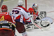 Hradecký brankář Filip Luňák likviduje jednu ze šancí Havlíčkova Brodu v sobotním zápase první hokejové ligy, který hosté vyhráli hladce 4:1. Luňák pochytal 39 střel Rebelů, překonal ho až v 55. minutě Stromko.