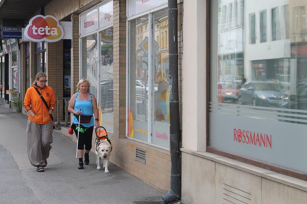Nevidomí v ulicích Havlíčkova Brodu.