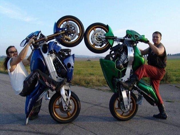 Motorkáři. Jezdci na rychlých strojích dokáží na svých motocyklech vyvádět vskutku nevídané kousky.