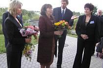 Podle protokolu. Když nemohla manželka prezidenta Livia Klausová přijet na návštěvu Domova pro seniory Reynkova v Havlíčkově Brodě poprvé, slíbila, že přijede někdy příště. Včera se s obyvateli i personálem setkala osobně.