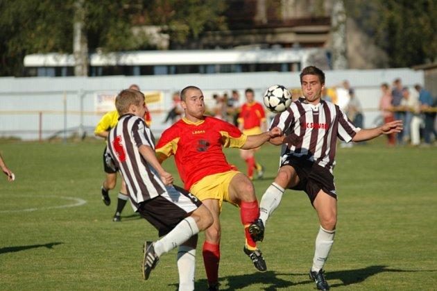 Lukáš Pertl (vlevo) se postaral o jediný gól proti Bíteši. V soubojích mu často pomáhal Radek Háněl (vpravo).