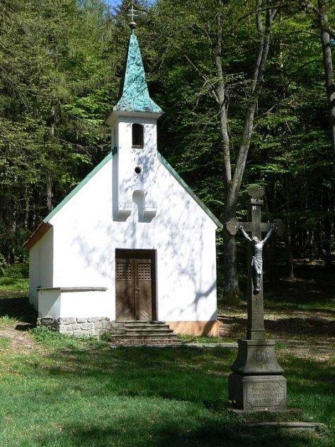 Kapličku najdete na lesní pasece nedaleko od silničky spojující Horní Paseky a Kaliště.