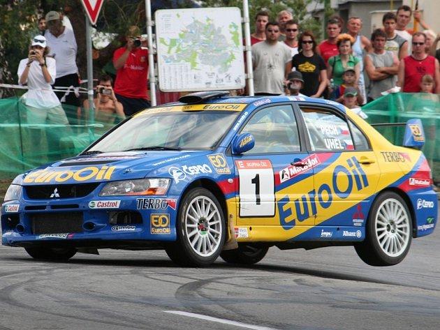 Suveréni. Václav Pech s Petrem Uhlem a vozem Mitsubishi Lancer EVO IX míří za vítězstvím v Horácké rallye.