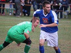 Tolik zápasů v řadě prohrála přibyslavská rezerva (v modrém). Naposledy nestačila na Golčův Jeníkov, se kterým doma prohrála 3:1.