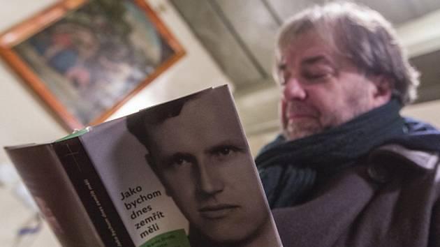 Spisovatel Miloš Doležal zdokumentoval život číhošťského faráře Josefa Toufara ve své knize Jako bychom dnes zemřít měli.