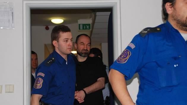 Zůstane za mřížemi. Bývalý kněz Erik Tvrdoň, obžalovaný ze znásilnění několika žen a dívek, zůstane i nadále ve vazbě.