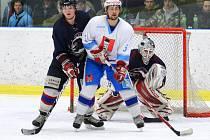 Devětkrát se radovali světelští hokejisté (v bílém) v derby zápase s Ledčí.