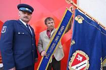 Starosta Žižkova Pole Jan Čepl za dohledu starosty hasičského sboru Milana Pátka (na snímku vlevo) připnul stuhu obce na hasičský prapor.