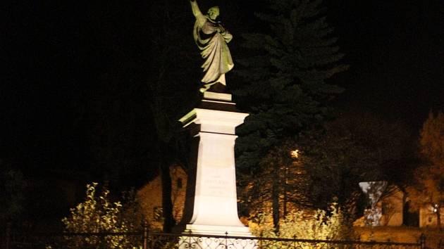 """V Borové již mají krásně nasvícený nejen """"kostelíček na vršku"""", ale také sochu Karla Havlíčka Borovského, která stojí na tamním náměstí."""