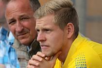 Roman Kučera (na snímku vlevo) si na Fotbalové pouti v Havlíčkově Brodě připomněl, jaké to je, trénovat Matěje Vydru (vpravo).