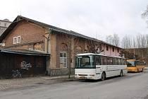 Autobusy Horáckého divadla Jihlava nyní parkují vně bývalé tramvajové vozovny v Gorkého ulici.