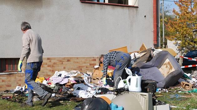 V poničeném bytě začali dělníci s bouráním poškozených příček. Spodní byt je po zásahu hasičů kompletně vytopen.