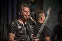 Honza Křížek předvedl s kapelou dynamickou show.