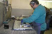 V chráněné dílně našli práci lidé s postižením.