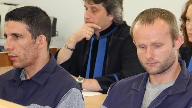 Martin Ben Mohammed (vlevo) a Filip Franz byli ke středečnímu hlavnímu líčeni předvedeni z výkonu trestu.