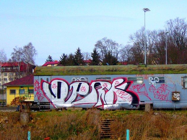 Ostudu dělá vyřazený železniční vagón při pravém břehu Sázavy v areálu fotbalových hřišť