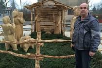 Dřevořezbář Vladimír Melzer u svého betlému v živé velikosti ve Ždírci nad Doubravou