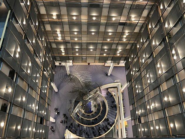 Poslanci tráví v hlavní budově Evropského parlamentu většinu svého volného času. Mají zde k dispozici kompletní zázemí od obchodů až po banky a lékaře. Na chodbách je také k vidění moderní umění.