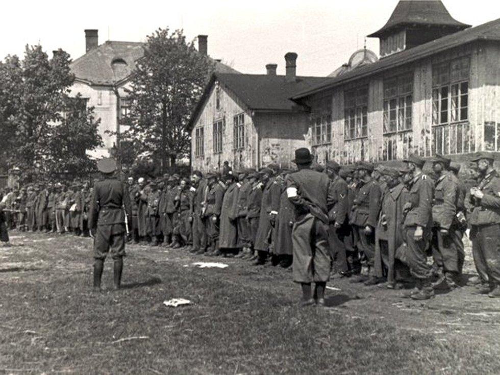 Zajatci v Brodě. Mnoho z německých zajatců, které na Ledečsku odzbrojila skupina českých vlastenců, byla dopravena do Havlíčkova Brodu. Na snímku   jsou zajatci seřazeni na bývalém sokolském cvičišti (dnes obchodní dům Alej).
