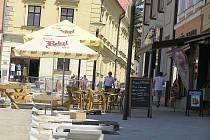 Kvůli probíhající revitalizaci Havlíčkova náměstí pociťují restauratéři v okolí středové plochy města úbytek zákazníků a zahrádky často i v pěkném počasí zejí prázdnotou. Konkurencí by pro ně mohl být nový kiosek.