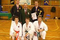 Brodská výprava (nahoře zleva bronzový Tomáš Kopecký, Alexander Staniszew, zlatý Jan Kopecký, dole zleva Radek Zikmund, Martin Beneš a bronzový Petr Pospíchal) získala na Polsko–českém mistrovství v karate tři cenné kovy.