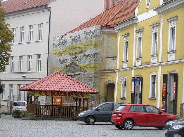 Nejstarší budovu základní školy v Přibyslavi zatím řemeslníci neopustili.