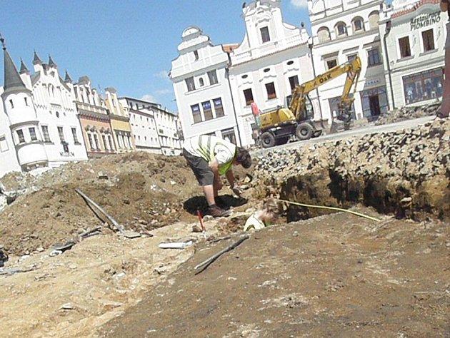 Takřka ve středu Havlíčkova náměstí objevili v úterý odpoledne archeologové další z řady nálezů, které vydaly několikaměsíční vykopávky. Při výzkumu narazili na sklepení domu, který byl zahrnut již zhruba v polovině třináctého století.