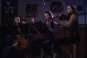 Mladé hudebnice ze skupiny Family Trio zahájily nedělní program.