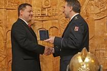 Ředitel Hasičského záchranného sboru kraje Vysočina Drahoslav Ryba předával ve čtvrtek na zámku v Přibyslavi medaile a další ocenění Hasičského záchranného sboru nejen hasičům, ale i policistům a dalším zástupcům složek integrovaného záchranného systému.