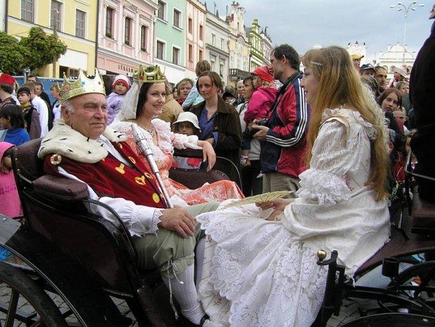 Tradiční kočárovou jízdou začal 8.května na havlíčkobrodském náměstí již 16. ročník jedné z největších divadelních událostí roku přehlídka Dospělí pro radost dětem.