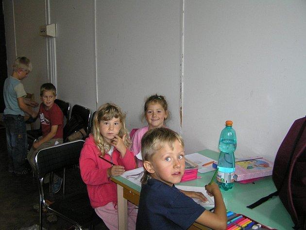 Škola hrou. Cizí slovíčka a fráze, ale hlavně dramatické cítění a dovednosti, to se učí téměř šedesátka dětí v rámci příměstského tábora v KD Ostrov.