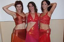 Tanečnice s horkou krví. I v Havlíčkově Brodě se dá zažít pravá exotika. Na plese to dokázaly tři půvabné tanečnice Jana, Hana a Soňa, které předvedly svůdný břišní tanec.