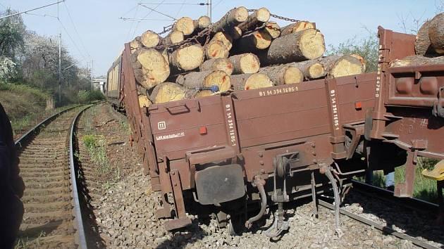 Vykolejený vagon u Golčova Jeníkova.