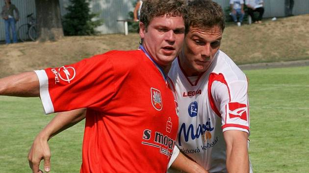 Vyléčili si pochroumané sebevědomí. Fotbalisté Velkého Meziříčí (v červeném Lukáš Staněk) se oklepali z osmigólové ostudy z Hulína a v premiérovém domácím vystoupení v nové sezoně porazili v přestřelce ambiciózní Vyškov.